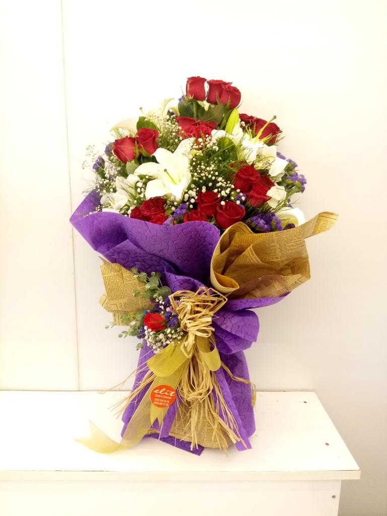 güller ve lilyum buketi